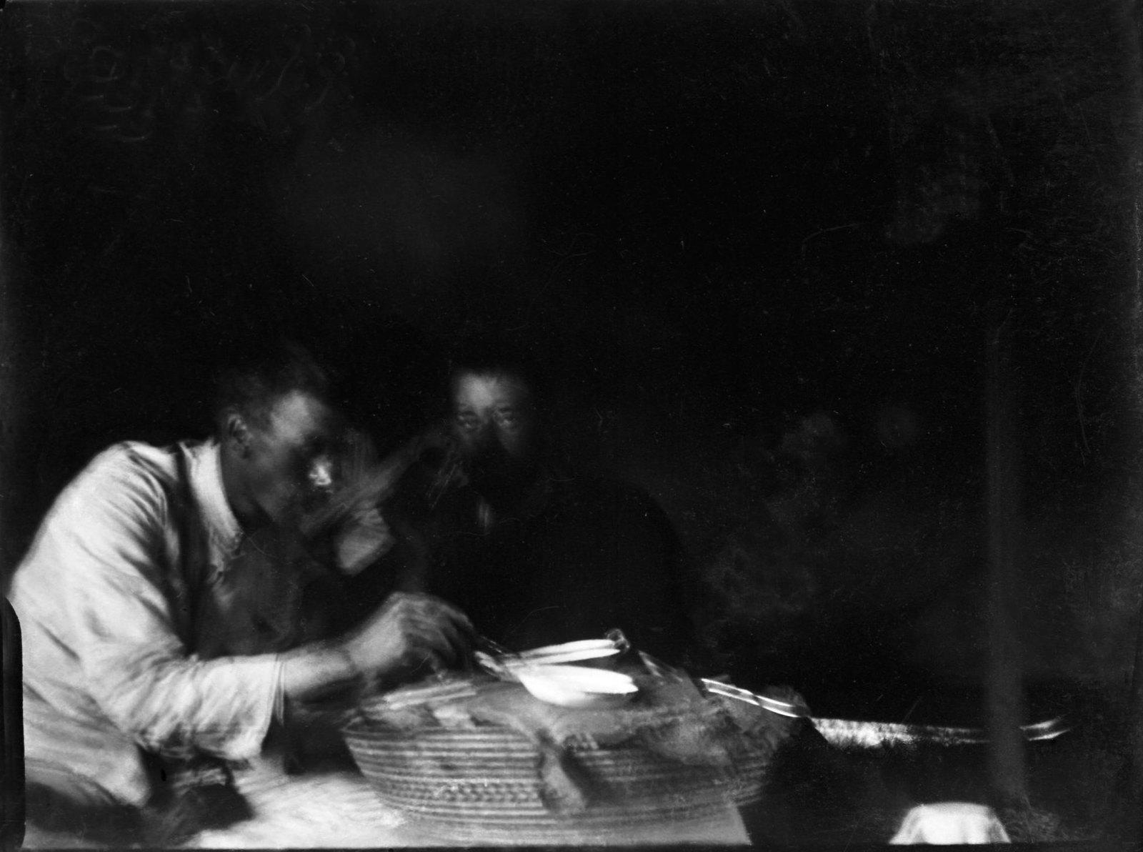 109. Н. Сверчков и Н. Гумилев в палатке за обедом у абиссинки, тетки нашего переводчика