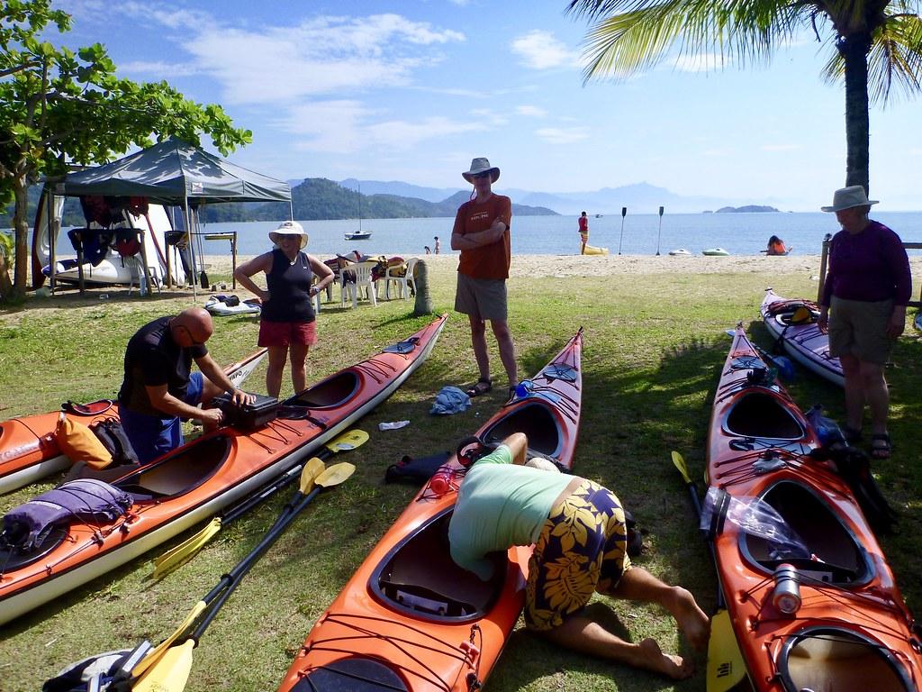 Preparing the kayaks at Jabaquara Beach