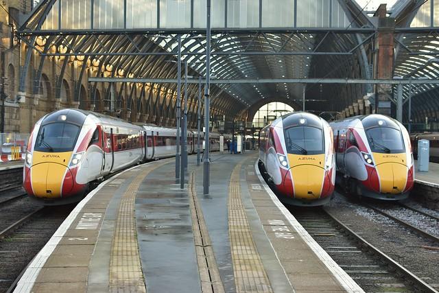 🇬🇧 LNER Class 801 801 104 + 801 111 (L) en Class 800 800210 (M) en Class 801 801 217 (R) te London King's Cross