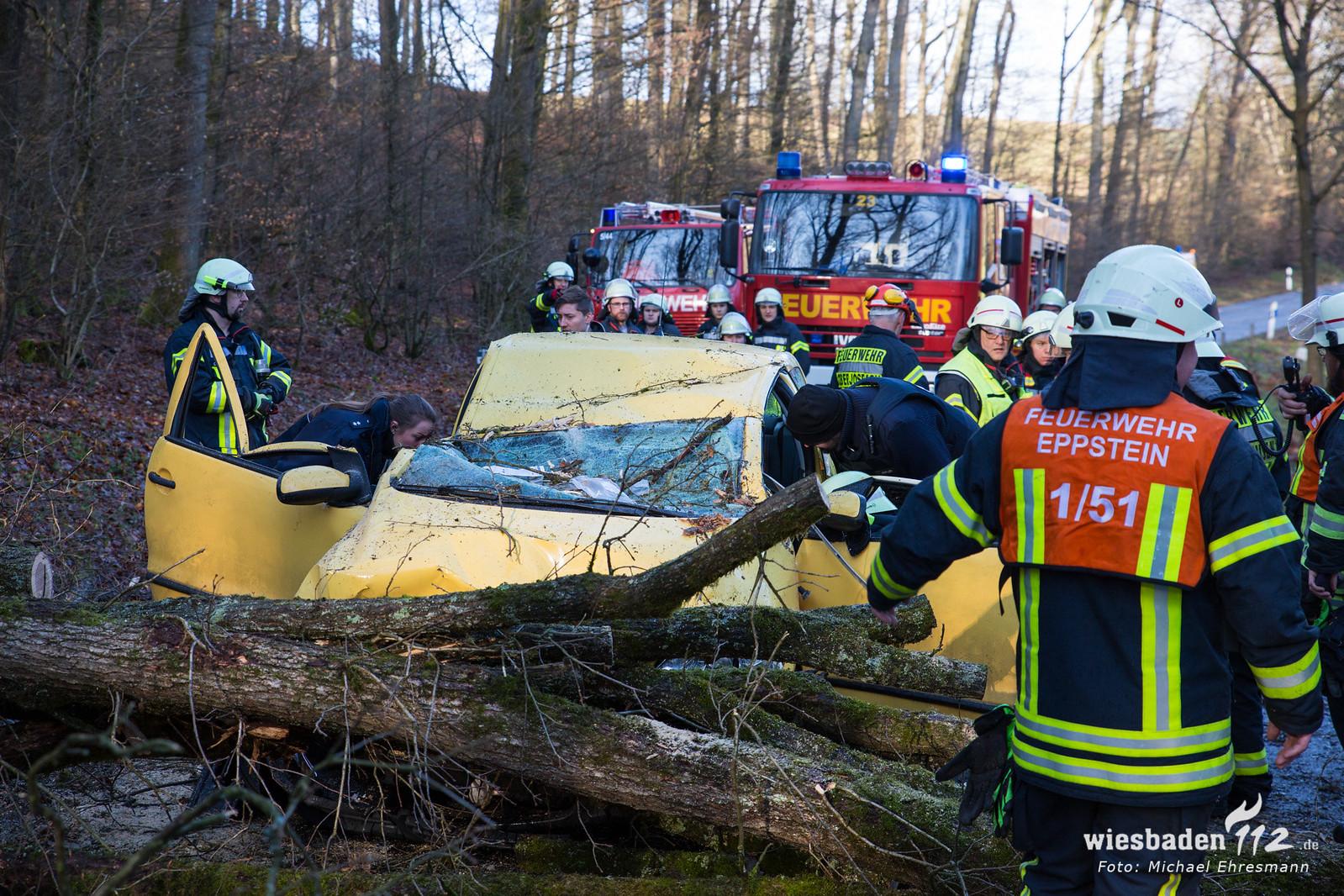 Baum auf Pkw - Fahrer eingeklemmt Eppstein-Niederjosbach 10.02.20