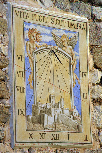 Cadran solaire dans la cour du château du Barroux (Vaucluse)