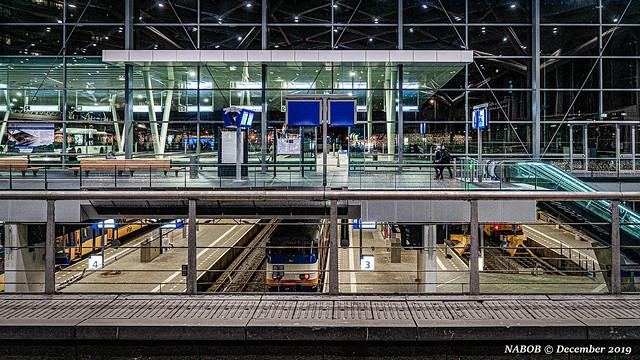 Den Haag, NL: Intermodal transportation hub, Den Haag Centraal, with bus, tram, metro and commuter lines
