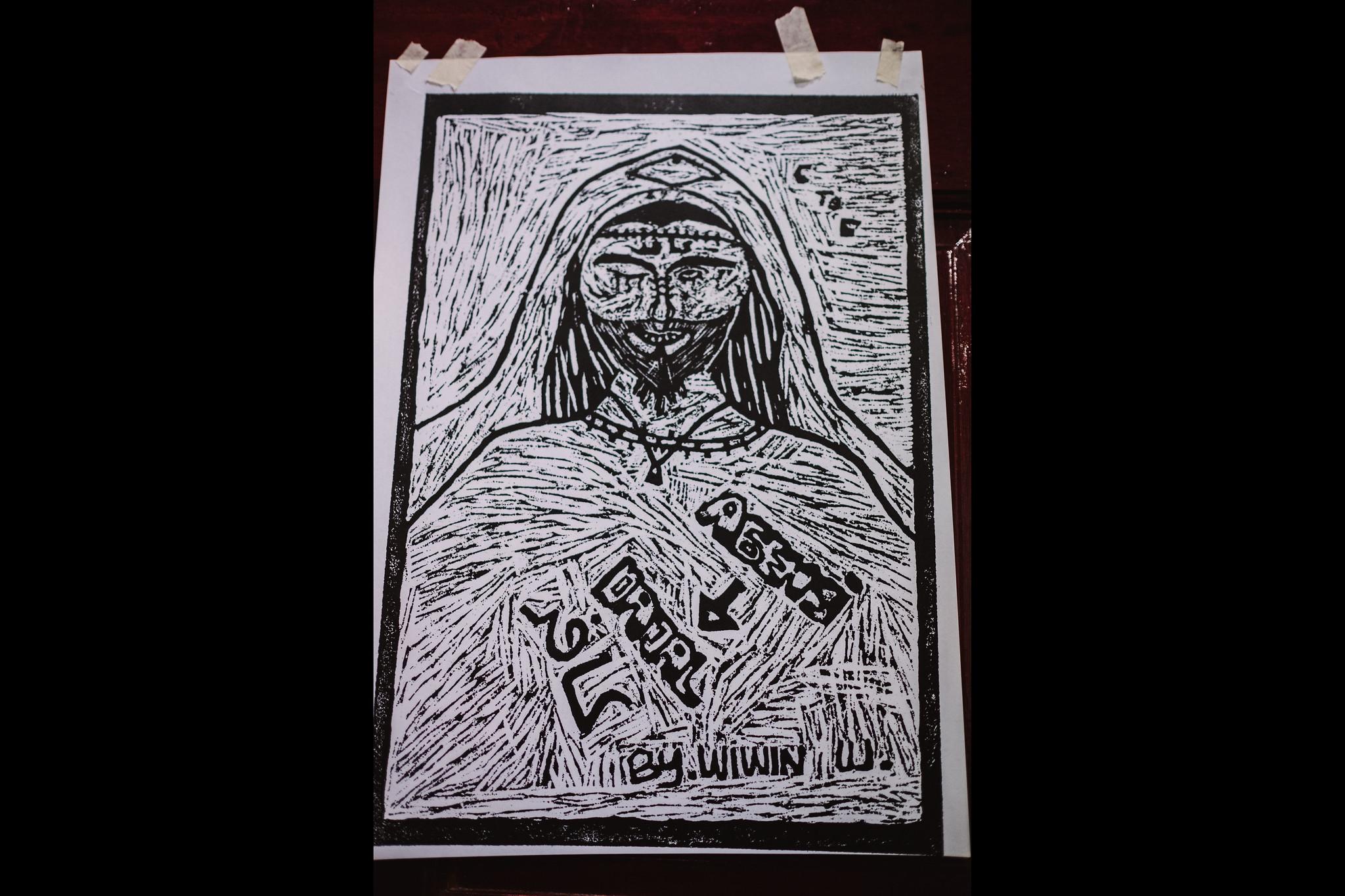 Wiwin的版畫,主題是仲介,畫中形象是伊斯蘭教中的異教徒。(攝影:唐佐欣)