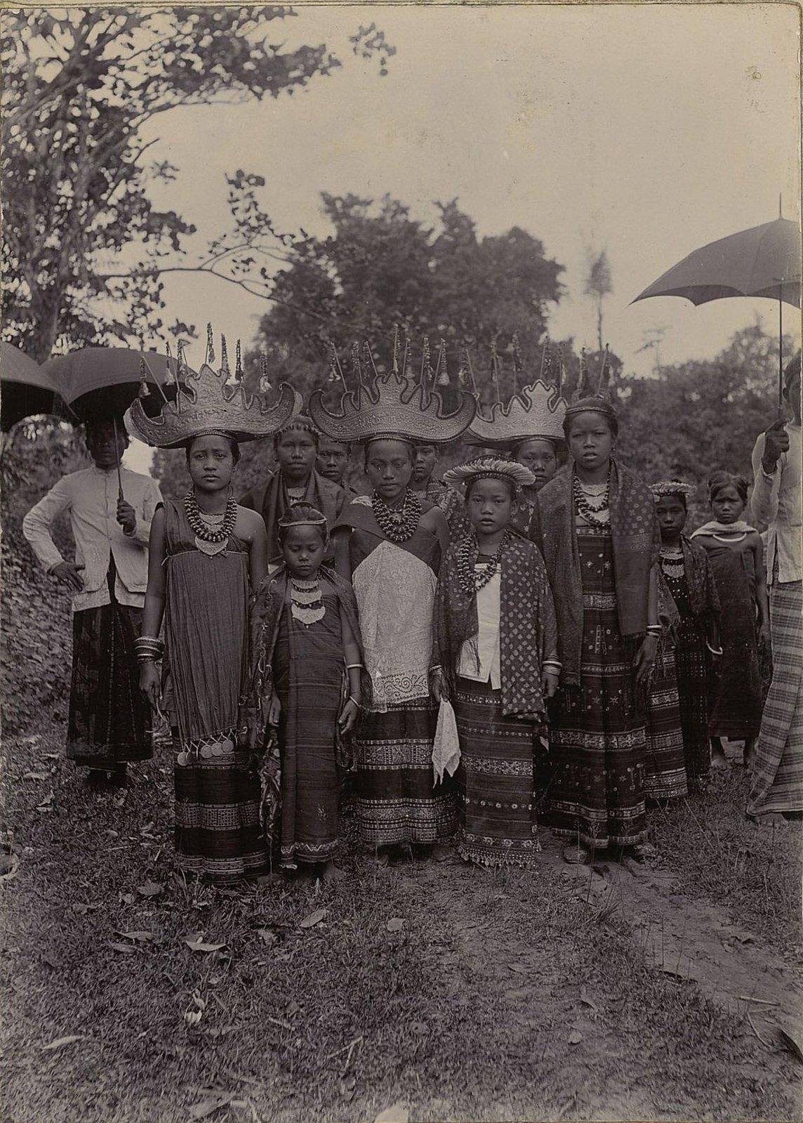 09. Индонезия. Девочки в национальных костюмах и головных уборах