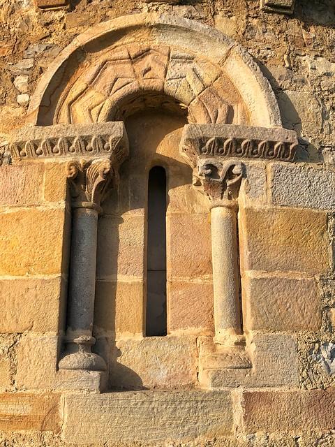 Ventana de la iglesia románica de San Miguel de Dueñas (Concejo de Gijón)