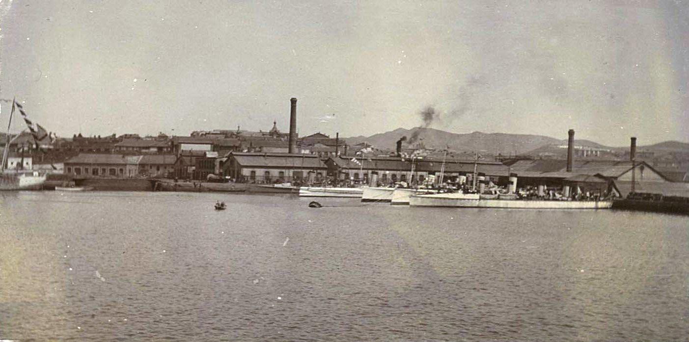 15. Миноносцы у стенки Морского завода в Восточном бассейне Порт-Артура. 1901