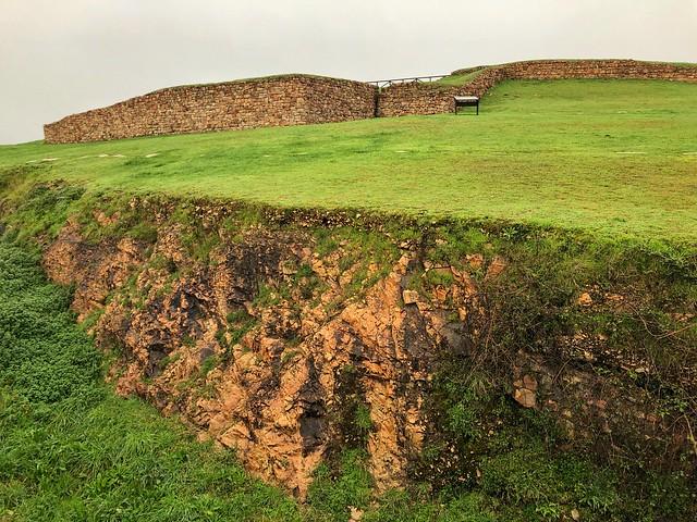 Foso y muralla de la Campa Torres (Gijón)