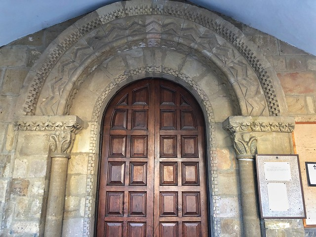 Portada románica de la iglesia de San Vicente en Caldones (Concejo de Gijón)