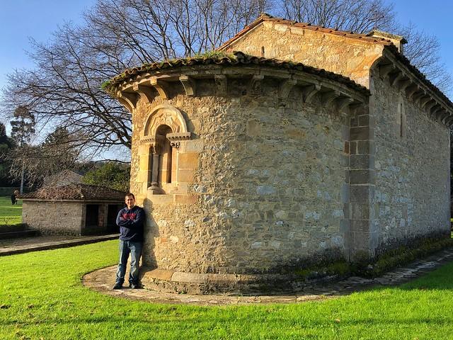 Sele en Gijón ante una iglesia románica