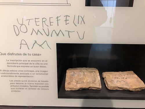 Piedra con la inscripción Utere felix domum tuam (Que disfrutes de tu casa)