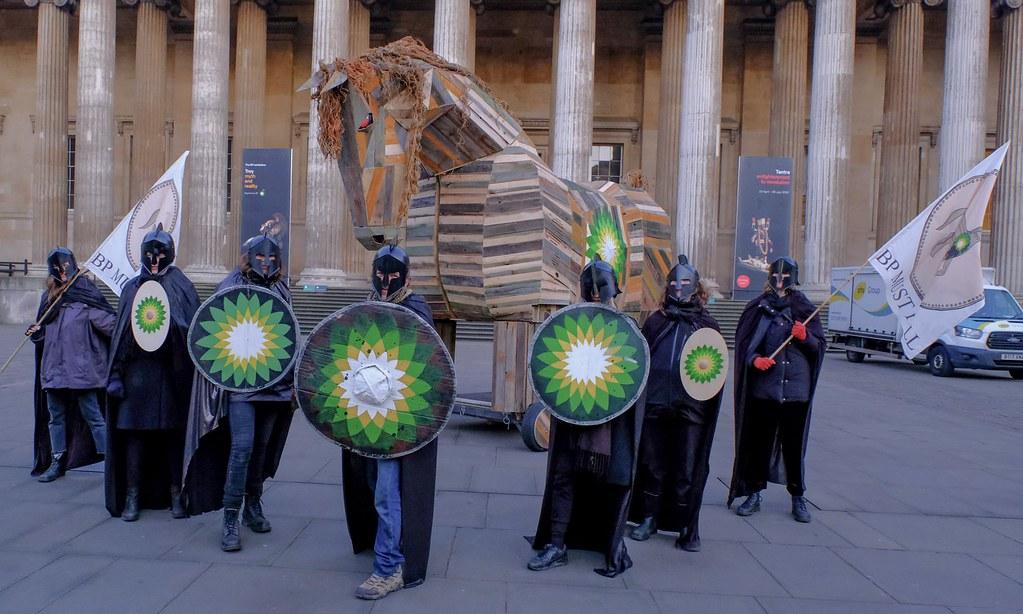 行動者以特洛伊木馬佔領大英博物館的入口。(圖片來源:BP or not BP/PA)