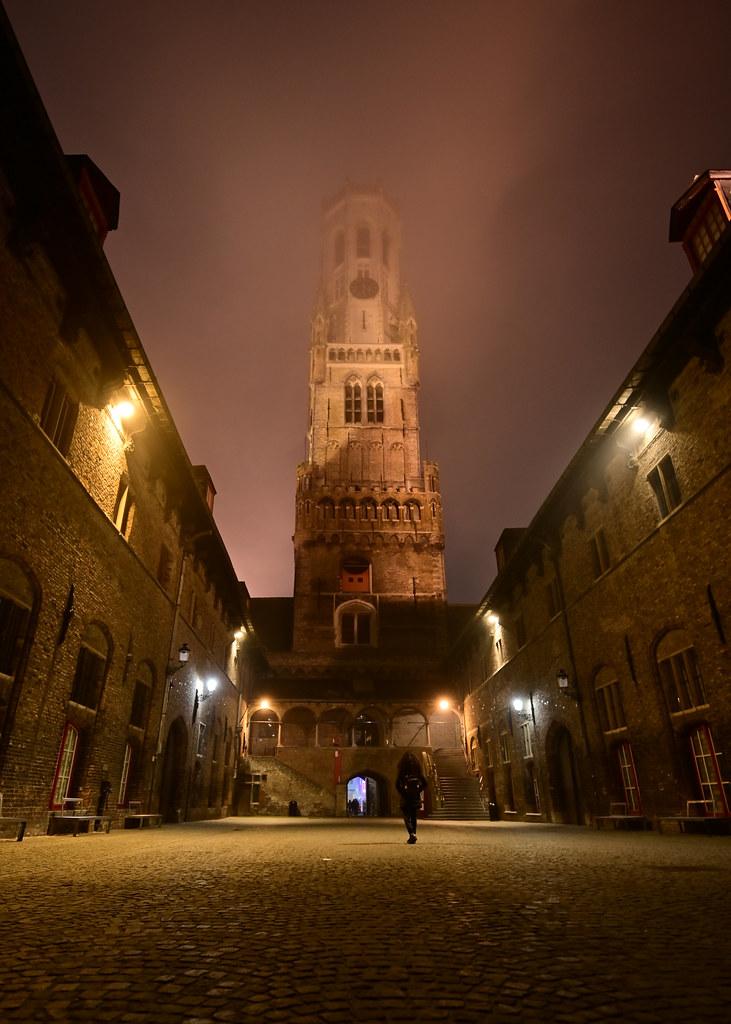 Campanario Belfort de noche en Brujas