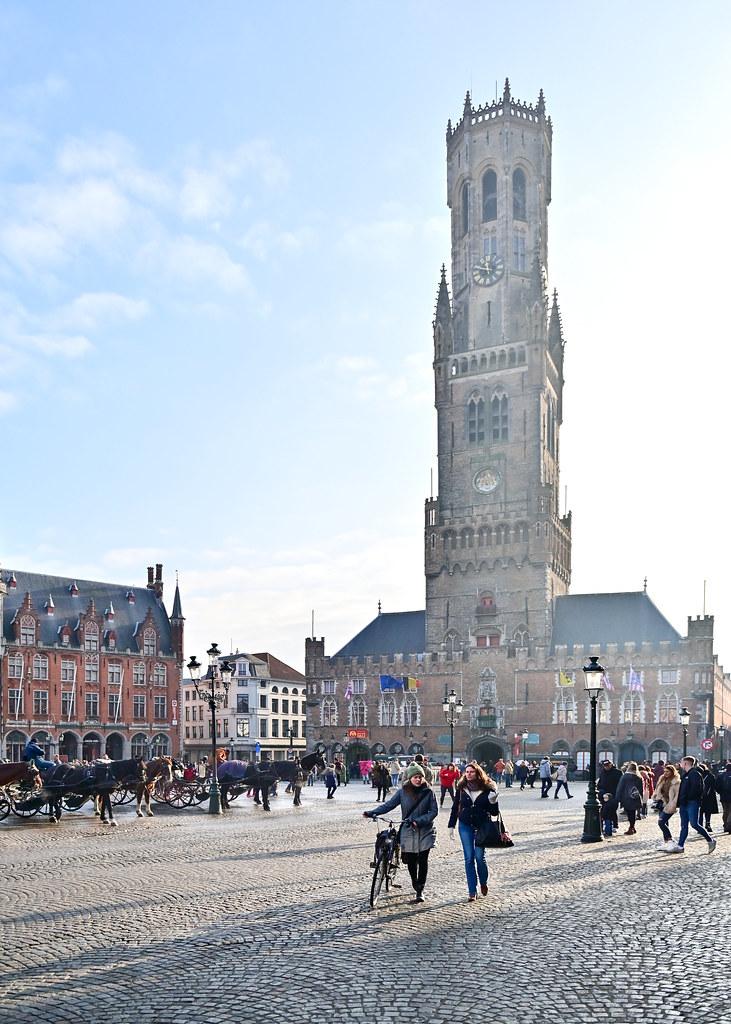 Grote Markt con el campanario de Belfort al fondo
