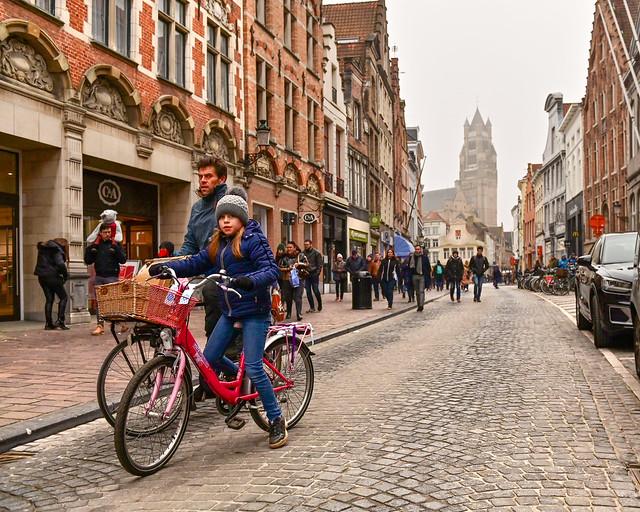 Calle Markt, una de las calles que ver en Brujas, con la Catedral al fondo