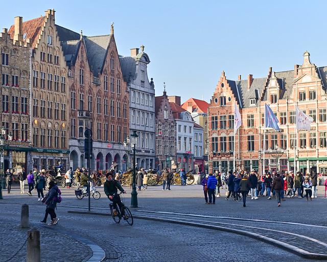 Una de las plazas que visitar en Brujas, Grote Markt