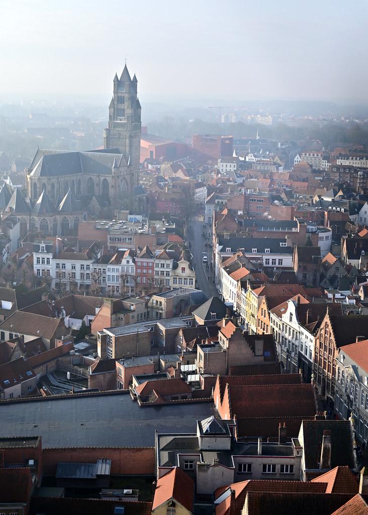 Vistas desde el campanario de Brujas con la Catedral y la calle Markt