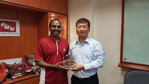 圖02.本會蘇團長士元致贈CIEU理事長Rajendran先生互訪紀念品