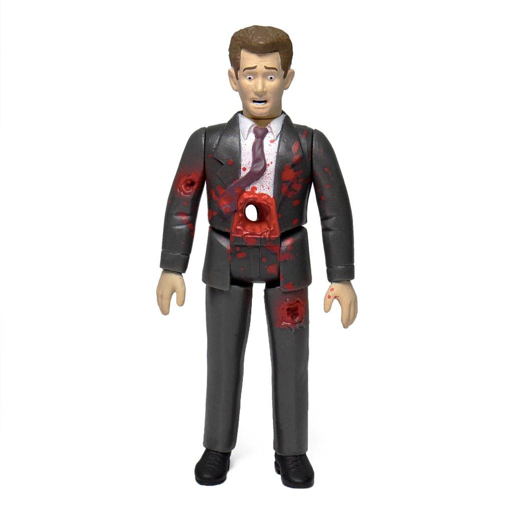 因為一點「小故障」就被轟得稀巴爛的男人! Super7 ReAction Figures 系列《機器戰警》鎮暴機器人 ED-209 與超可憐的「金尼先生」(Mr. Kinney) 套組