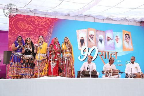 Gujarati Geet by Meenakshi Tondwalkar Ji & Group, Vithalwadi