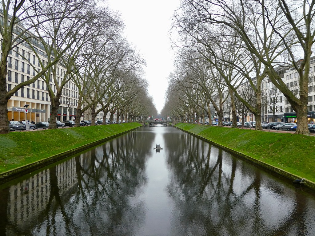 The Ko-Graben canal along Konigsallee