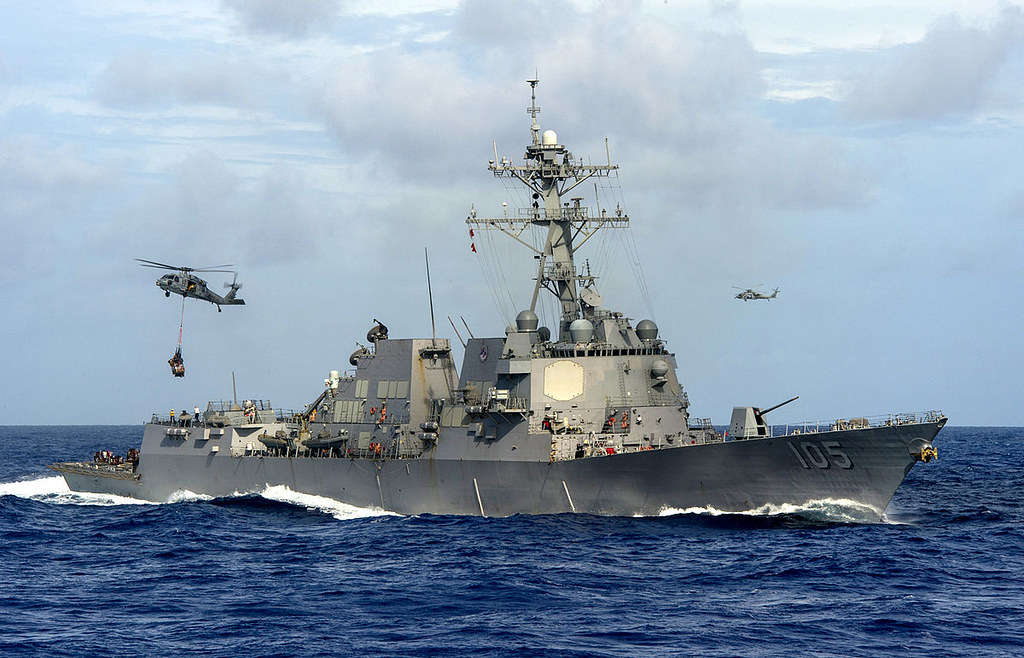 USS_Dewey_conducts_a_replenishment.