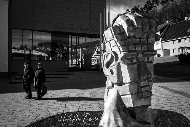 Skulptur vor Technologiewerkstatt