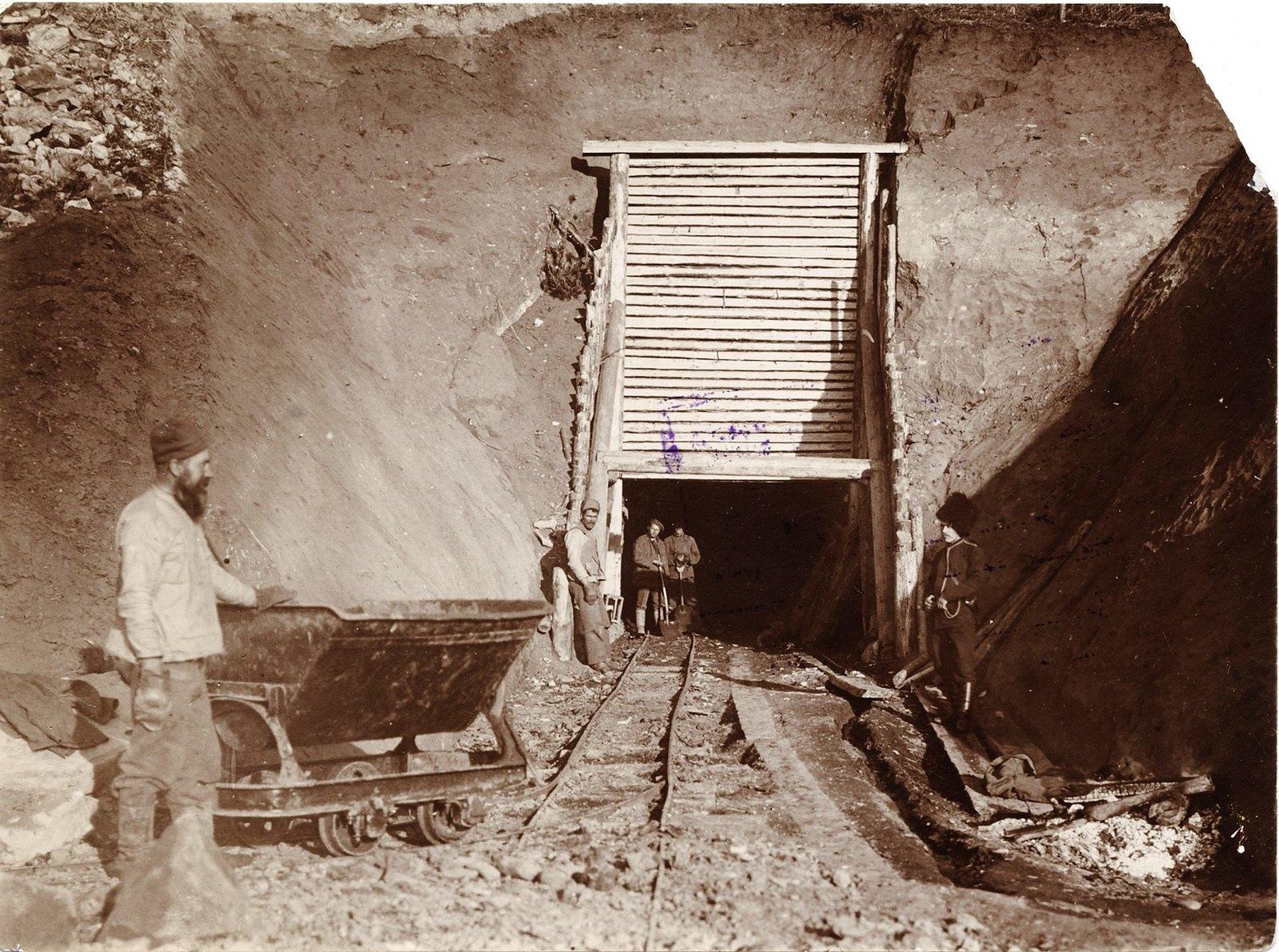 21.  Работа каторжников в шахте