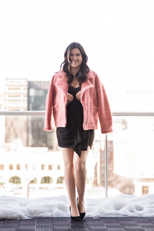 marie-chloé falardeau manteau rose robe noire