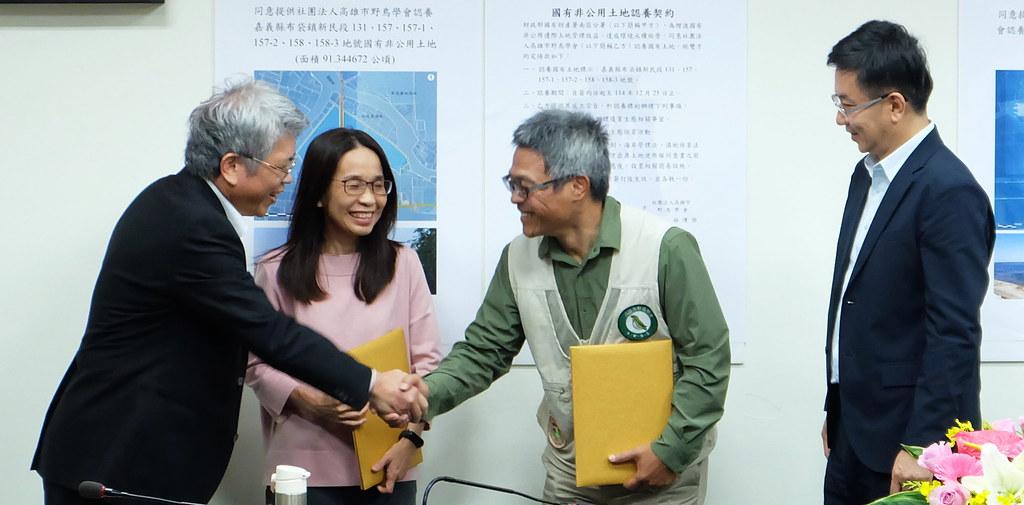 高雄鳥會(右二)代表「布袋鹽田濕地保育工作平台」與國產署簽下嘉義布袋鹽田濕地認養合約。攝影:陳文姿