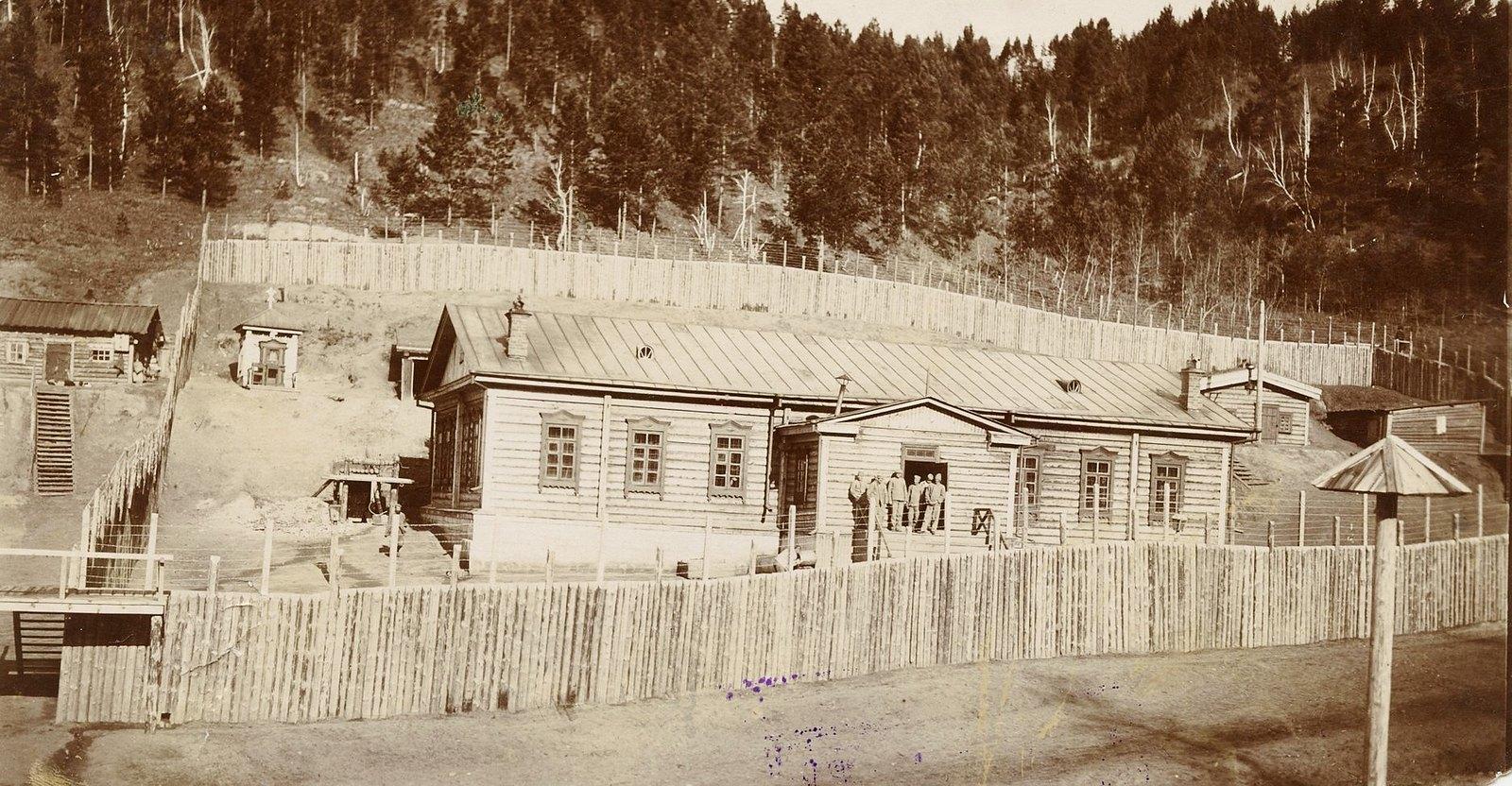 20. Барак для каторжан работающих в шахте, слева от барака вход в шахту.