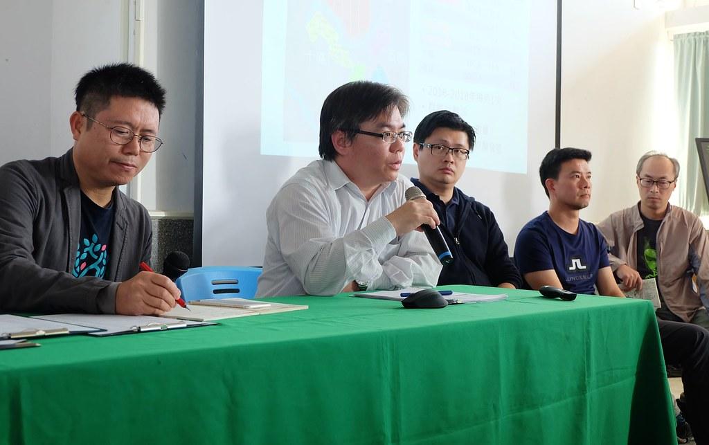 能源局組長陳崇憲(右二)與兩家光電業者參與民間主辦的光電論壇。本報資料照。