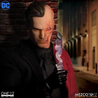 把一切都交給擲硬幣的男人! MEZCO ONE:12 COLLECTIVE 系列 DC【雙面人】Two-Face 1/12 比例可動人偶