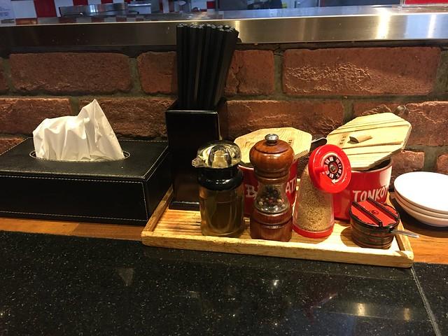 桌面上有調味料與小菜@凪Nagi拉麵西門店