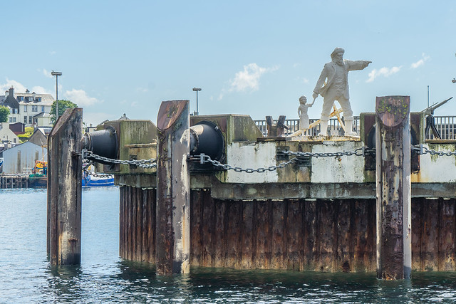 Fisherman and Child sculpture by Mark Rogers - at Mallaig Harbour