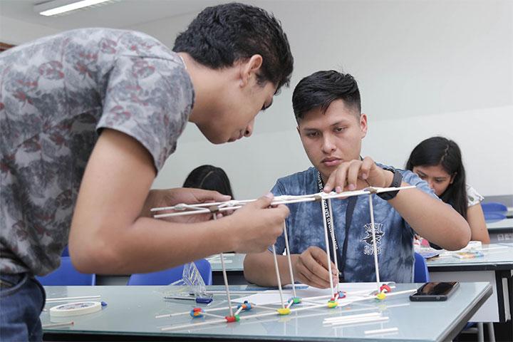 """Carrera de Ingeniería Civil realizó el taller vivencial """"Construye un puente y conéctate con tu futuro"""""""