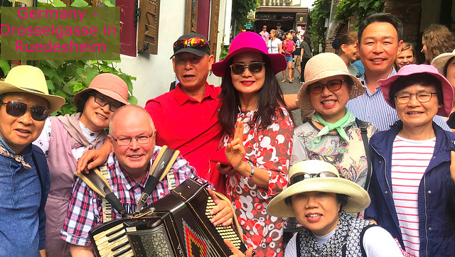 Tourists from Asia in Germany - Rüdesheim - DROSSELGASSE