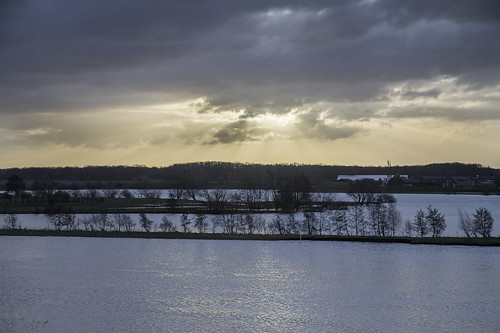 maas hoogwater neer ochtend somber meuse highwater flooded foodplanes sunrise dark darkclouds