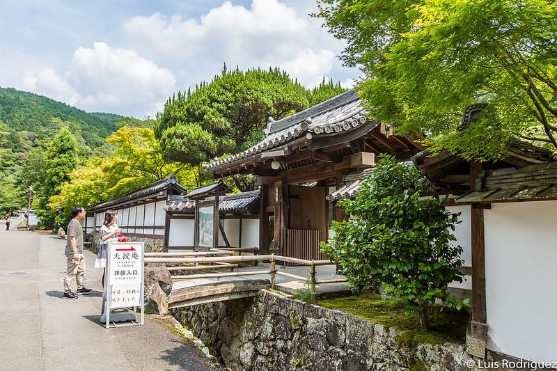 Acceso a los jardines del templo Tenju-an