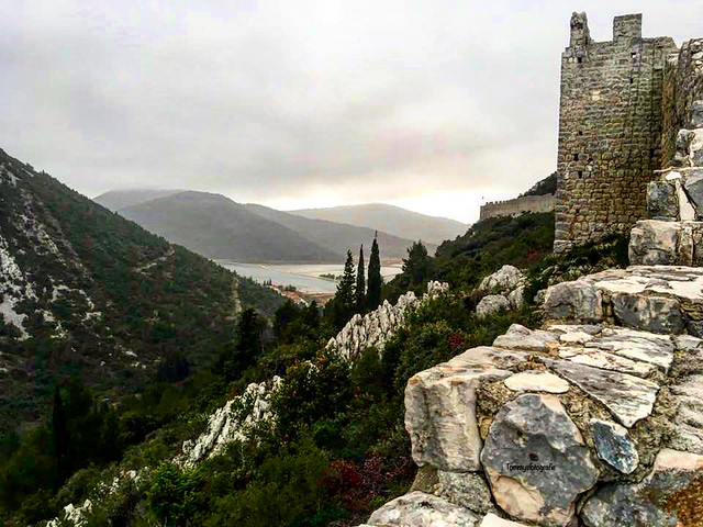 Walking over the walls of Ston at a cloudy day.