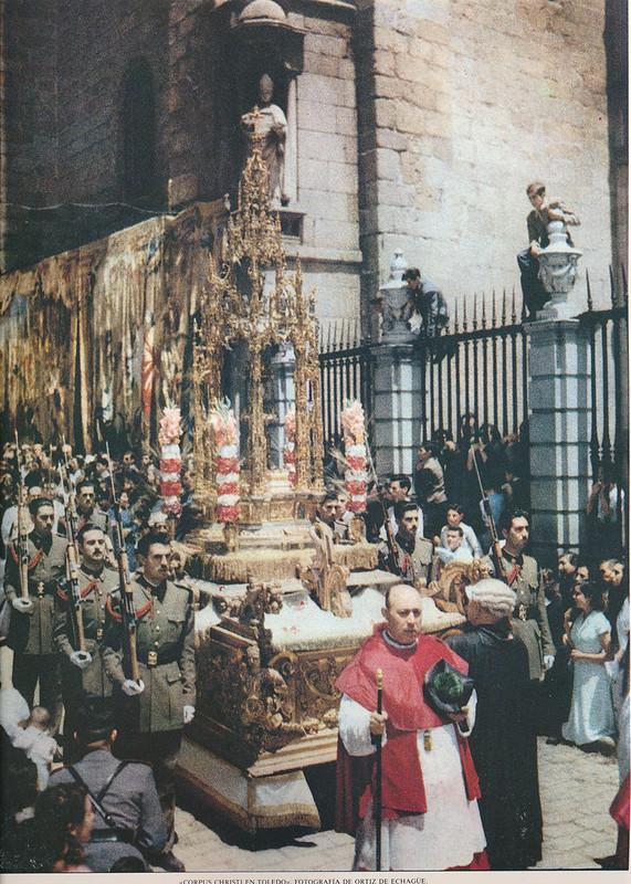Procesión del Corpus por Ortiz Echagüe. enciclopedia.