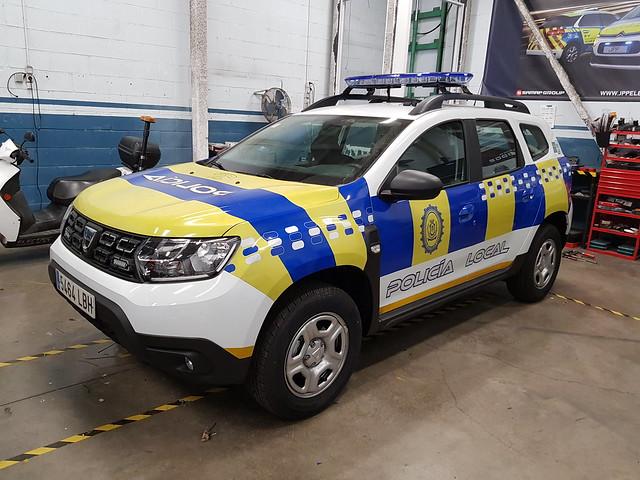 Vehiculo policial Dacia Duster en los talleres de la empresa que le ha montado el puente de luces, listo para ser entregado a la Policía Local de Estepa, Sevilla.
