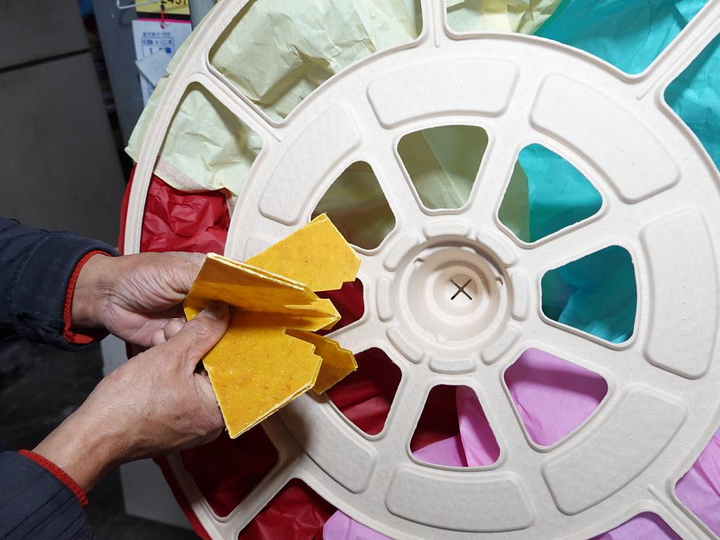 永續天燈與傳統天燈唯一不同的地方在於底座是以再生紙漿製作而成,有專用油紙。孫文臨攝