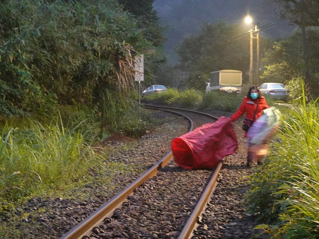 有時天燈也會落在平溪線的鐵軌上。孫文臨攝