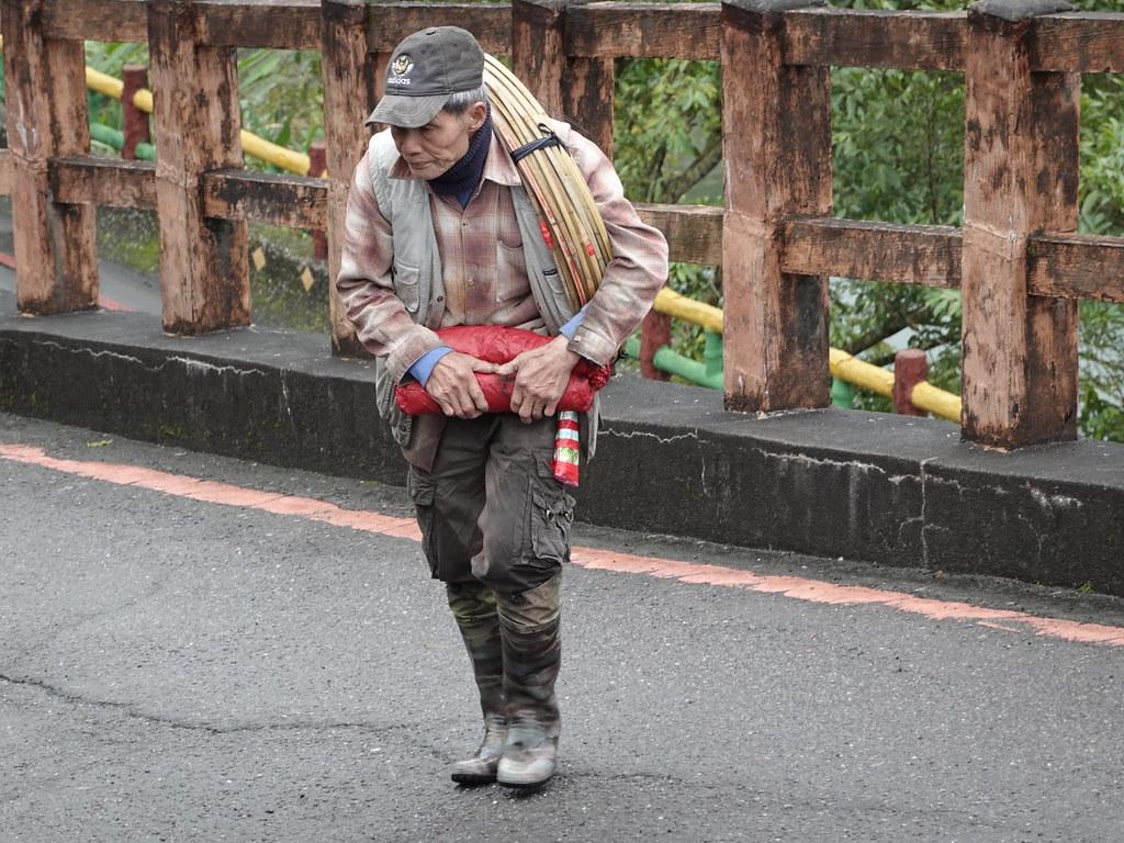 一位80歲的老翁肩上扛著十來個天燈架。孫文臨攝