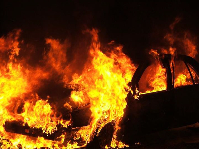 auto carabinieri in fiamme
