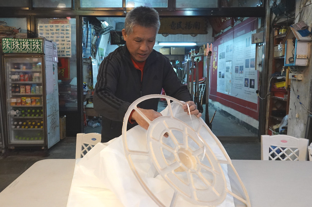 天燈師傅王瑞瑜親自示範將永續天燈底座黏上天燈紙(與傳統天燈相同)。孫文臨攝