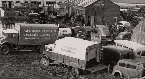 CMPs en een luxe cabrio limousine op de sloop, Amsterdam 1951