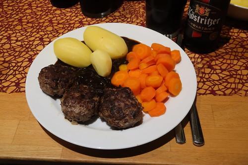 Pferdebuletten mit Zwiebelsoße, Salzkartoffeln und Möhrengemüse (mein Teller)