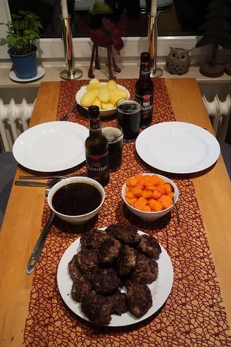 Pferdebuletten mit Zwiebelsoße, Salzkartoffeln und Möhrengemüse (Tischbild)