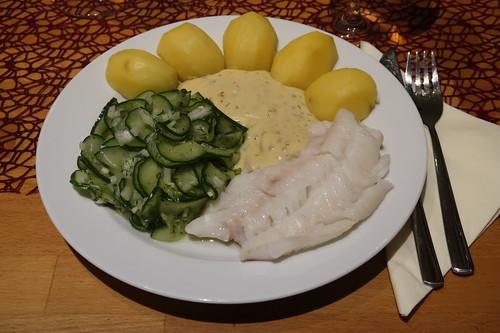 Gedünsteter Fisch mit Senfsoße, Salzkartoffeln und Gurkensalat (mein Teller)